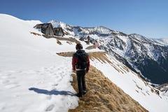 Adolescente que camina en las montañas Fotos de archivo libres de regalías