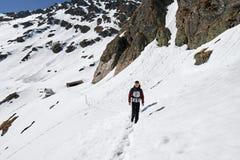 Adolescente que camina en las montañas Fotos de archivo