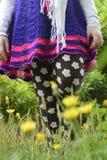 Adolescente que camina en naturaleza en un jardín Fotografía de archivo