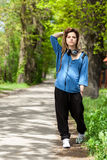 Adolescente que camina en parque Imágenes de archivo libres de regalías