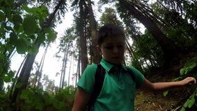 Adolescente que camina en tiro del selfie del bosque almacen de metraje de vídeo