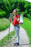 Adolescente que camina en un campo Imagen de archivo