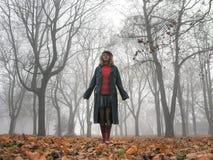 Adolescente que camina en un parque muy de niebla Imagen de archivo