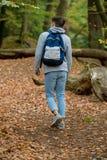 Adolescente que camina en una madera Fotos de archivo