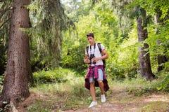 Adolescente que camina en vacaciones de verano del bosque Imagen de archivo