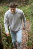 Adolescente que camina encima de pasos afuera Imagenes de archivo