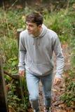 Adolescente que camina encima de pasos afuera Fotos de archivo libres de regalías