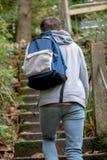 Adolescente que camina encima de pasos concretos Fotos de archivo
