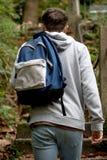 Adolescente que camina encima de pasos concretos Imagen de archivo libre de regalías