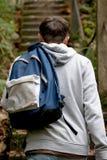Adolescente que camina encima de pasos concretos Foto de archivo