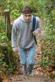 Adolescente que camina encima de pasos concretos Fotografía de archivo libre de regalías