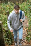 Adolescente que camina encima de pasos concretos Imagen de archivo