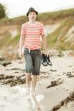 Adolescente que camina a lo largo de la costa Fotos de archivo libres de regalías
