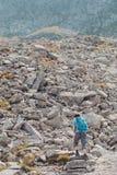 Adolescente que camina solamente en las montañas Imagen de archivo