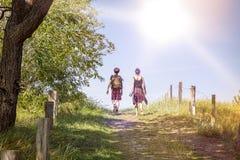 Adolescente que camina una trayectoria al mediodía Imagen de archivo