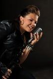 Adolescente que canta en el micrófono de la vendimia Foto de archivo