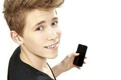 Adolescente que celebra smartphone y sonrisas Imagen de archivo libre de regalías