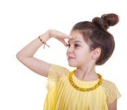 Adolescente que celebra su mano como visera y miradas en la distancia Imágenes de archivo libres de regalías
