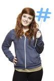 Adolescente que celebra una medios sonrisa social de la muestra Imagen de archivo libre de regalías