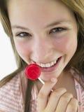 Adolescente que come el Lollipop Fotografía de archivo