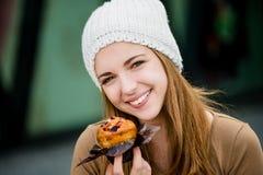 Adolescente que come el mollete Fotografía de archivo