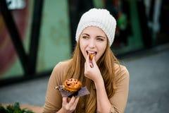 Adolescente que come el mollete Imagen de archivo libre de regalías