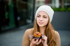 Adolescente que come el mollete Foto de archivo libre de regalías