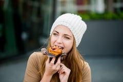 Adolescente que come el mollete Fotografía de archivo libre de regalías