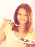 Adolescente que come la ensalada Imagen de archivo libre de regalías