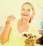 Adolescente que come la ensalada Foto de archivo libre de regalías