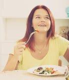 Adolescente que come la ensalada Imagen de archivo