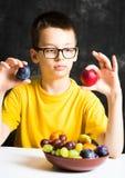Adolescente que come la fruta para su bocado Fotos de archivo libres de regalías