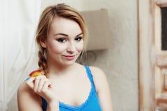 Adolescente que come la fruta sana de la manzana. Dieta. Fotografía de archivo