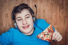 Adolescente que come la pizza Imagen de archivo