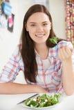 Adolescente que come la placa sana de la ensalada Imagen de archivo
