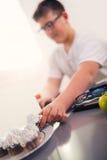 Adolescente que come la torta Fotos de archivo libres de regalías