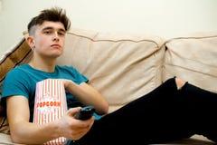 Adolescente que come las palomitas Imágenes de archivo libres de regalías