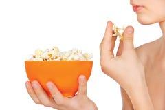 Adolescente que come las palomitas Fotos de archivo