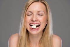 Adolescente que come las palomitas Imagen de archivo
