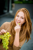 Adolescente que come las uvas Foto de archivo