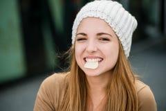 Adolescente que come microprocesadores Foto de archivo libre de regalías