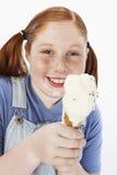 Adolescente que come o gelado Fotografia de Stock Royalty Free