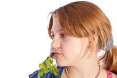 Adolescente que come un rábano fresco Imagen de archivo