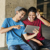 Adolescente que comparte fluyendo concepto que escucha de la forma de vida Fotografía de archivo libre de regalías