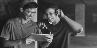 Adolescente que comparte fluyendo concepto que escucha de la forma de vida Imágenes de archivo libres de regalías