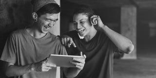 Adolescente que comparte fluyendo concepto que escucha de la forma de vida Fotografía de archivo