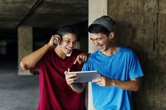 Adolescente que comparte fluyendo concepto que escucha de la forma de vida Fotos de archivo