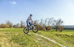 Adolescente que compite con con su bici de la suciedad Imagen de archivo