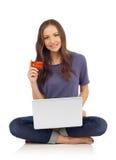 Adolescente que compra em linha foto de stock