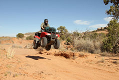 Adolescente que conduce todo el vehículo del terreno (ATV). Fotografía de archivo